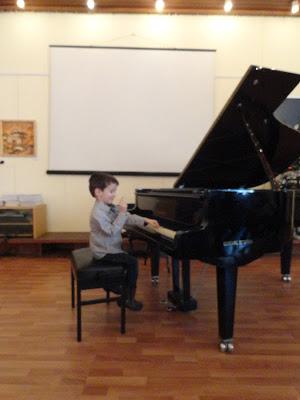viki sviri na piano
