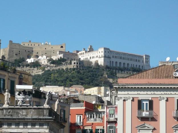 1024px-Castel_Sant'_Elmo_e_Certosa_di_San_Martino_da_piazza_del_Plebiscito
