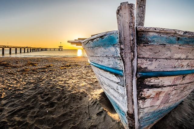 old-wooden-boat-at-sunrise-2873907_640
